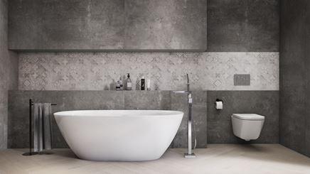 Szara łazienka z patchworkowym wykończeniem ścian w strefie kąpielowej