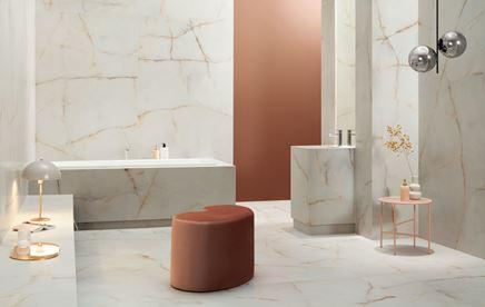 Przestronna łazienka w marmurze