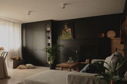Czarna, matowa ściana w salonie