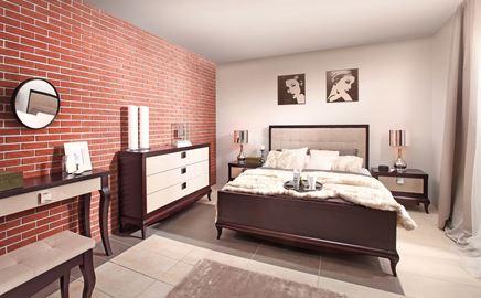 Klasyczna sypialnia z ceglastą ścianą