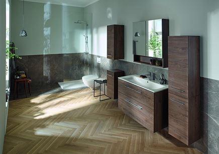 Łazienka z jodełką i kamieniem z dodatkiem ciemnych mebli