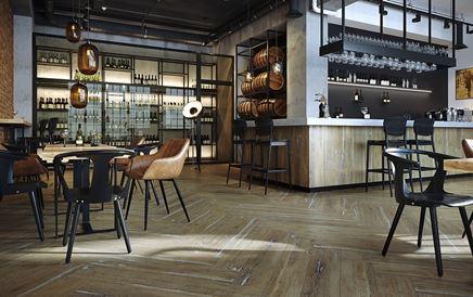 Aranżacja restauracji w industrialnym stylu z drewnianym wykończeniem