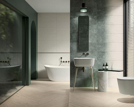 Aranżacja dużej łazienki w bieli i zieleni