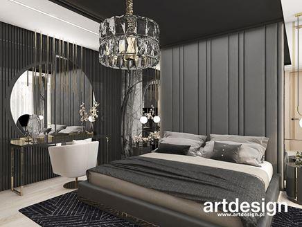 Szara sypialnia z tapicerowanym wezgłowiem i lamelami