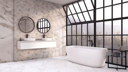 Przeszklona łazienka w jasnych marmurach