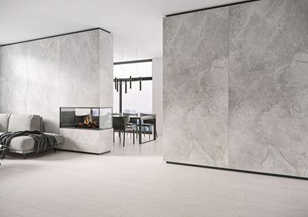 Kamień i jasne drewno w przestronnym salonie minimalistycznym