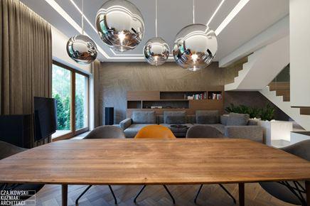 Drewniany stół w nowoczesnym salonie