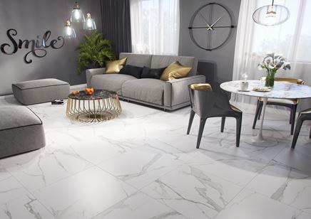 Szary salon w stylu glamour z marmurową podłogą