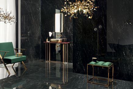 Marmurowa łazienka w czerni w stylu glamour