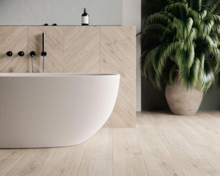 Jasne drewno w skandynawskiej łazience