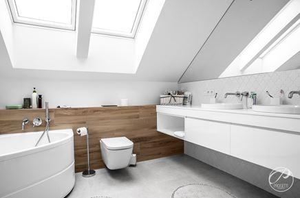 Łazienka z dużymi oknami dachowymi