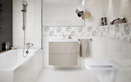 Aranżacja łazienki z marmurowymi płytkami i florystycznymi dekorami
