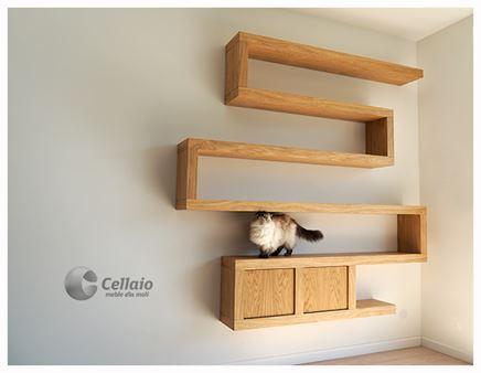 Cellaio - półki na książki oraz szafeczki.