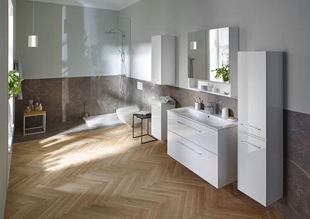 Jasne meble w nowoczesnej łazience w kamieniu i drewnie