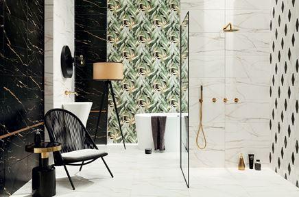 Marmurowa łazienka w stylu glamour z florystycznymi kaflami
