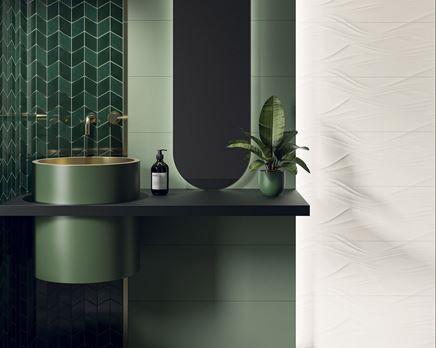 Strukturalna biel i zieleń w stylowej łazience