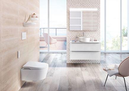 Aranżacja jasnej łazienki z drewnem i mozaikową ścianą