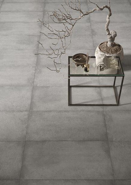 Podłoga w łazience w szarych płytach imitujących beton