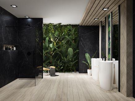Przestronna łazienka w kamieniu i drewnie z ceramiką wolnostojącą
