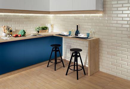 Aranzacja nowoczesnej kuchni z kafelkową ścianą z dekorami