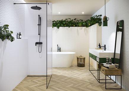 Strukturalna łazienka w białych kaflach z jodełkową podłogą