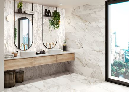 Jasny marmur w nowoczesnej łazience z oknem