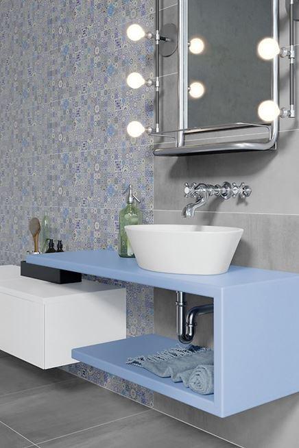 Szaro-niebieska łazienka z patchworkiem