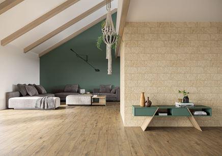Salon na poddaszu w drewnie i beżowej cegiełce