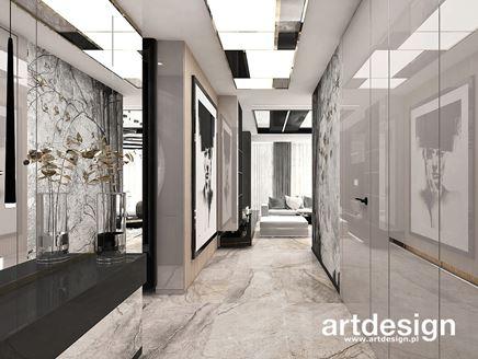 Dekoracyjny sufit i wysoki połysk w przedpokoju