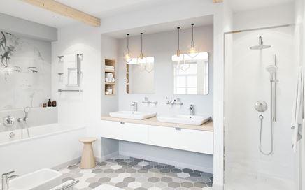 Aranżacja rodzinnej łazienki w bieli