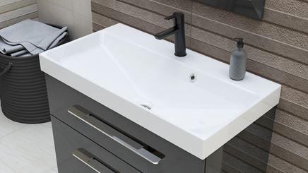 Biała umywalka meblowa z czarną baterią