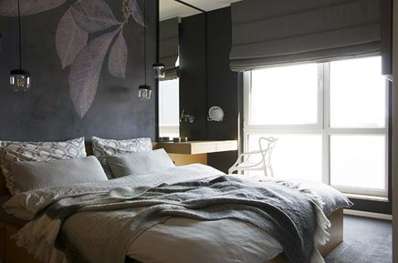 Sypialnia z dekoracyjną ścianą i miejscem do pracy
