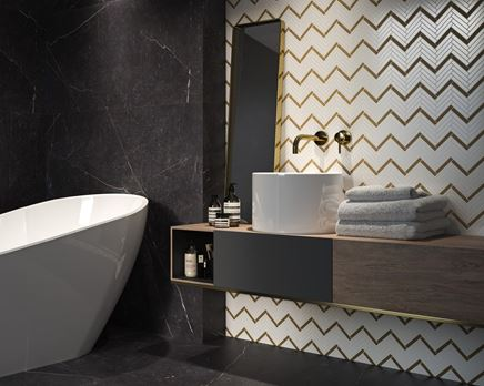 Łazienka glamour z mozaikową ścianą w jodełkę