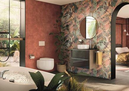 Aranżacja miedzianej łazienki z dekoracyjną ścianą i białą ceramiką