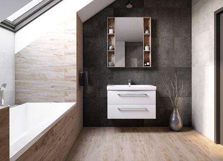 Łazienka na poddaszu w jasnym drewnie