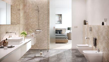 Aranżacja łazienki w beżowych i szarych płytkach z rysunkiem kamienia