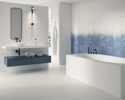 Minimalistyczna biało-niebieska łazienka w strukturze