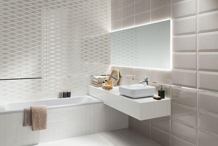 Płytka dekoracyjna i kafle w jasnej łazience