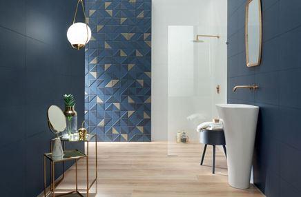 Granatowa łazienka z kabina walk-in
