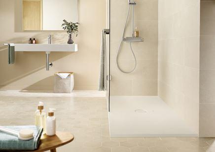 Jasna łazienka z płaskim brodzikiem Roca