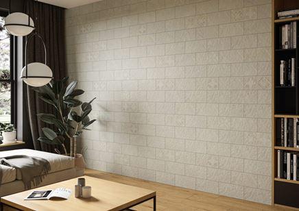Ściana w salonie wykończona jasnymi dekorami