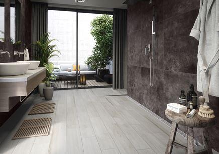 Aranżacja salonu kąpielowego z płytką drewnopodobną