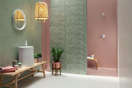 Aranżacja różowo-zielonej łazienki z liściastą ścianą