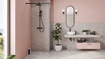 Różowa łazienka z szarymi kaflami Tubądzin Macchia