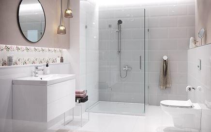 Klasyczna łazienka z kaflami i subtelnymi dekorami