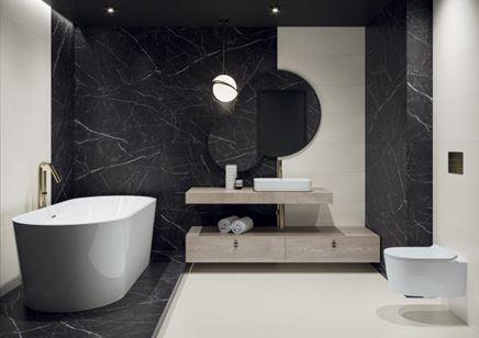 Aranżacja biało-czarnej łazienki z marmurem