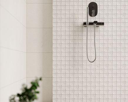 Jasna mozaika w strefie prysznicowej