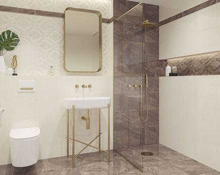 Aranżacja łazienki glamour z kremową, ornamentową ścianą