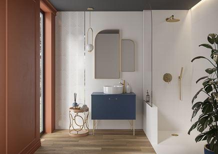 Biel i drewno w nowoczesnej łazience z oknem