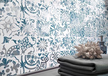 Detal niebieskiej płytki dekoracyjnej Cersanit Dekorina